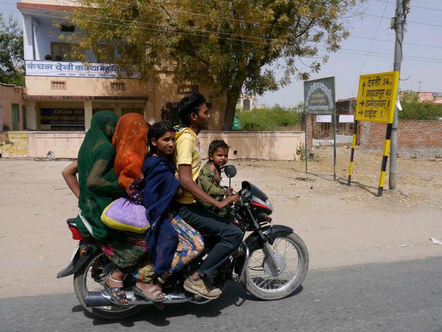 6 Personen auf einem Motorrad (Baby nicht sichtbar)