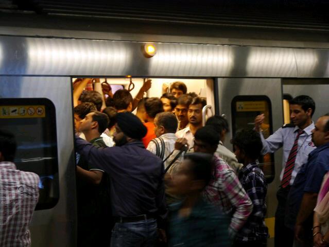 Delhi - Metro mit vielen Passagieren