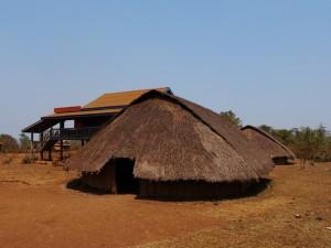 Phnong-Dorf in der Nähe von Senmonorom, alte und neue Hütten nebeneinander