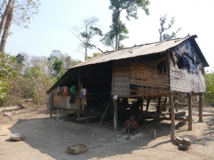 Banlung Dschungel-Trekking: einfachste Behausung am Rand des Dschungels