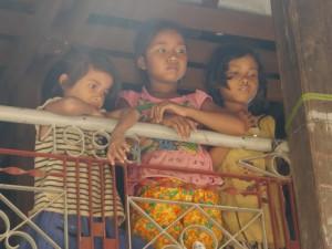 Kratie: Insel Koh Rougniv, Kinder studieren die Besucher