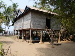 Kratie: Insel Koh Rougniv, Wohnhaus
