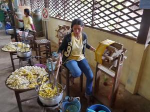 Siem Reap: Seidenfarm, Rohseide abwickeln