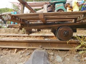 Battambang: Bamboo Train, Bremssystem mit Holzbremsklötzen