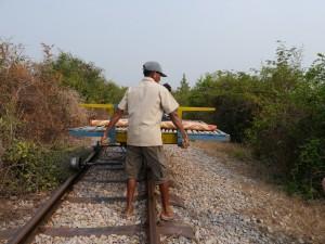 Battambang: Bamboo Train, Bambusrahmen zur Seite legen