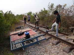 Battambang: Bamboo Train, Achsen wieder eingleisen