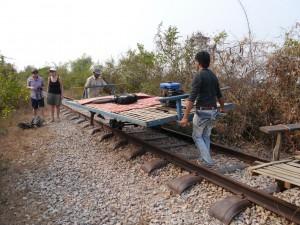 Battambang: Bamboo Train, Bambusrahmen wieder aufsetzen - fertig