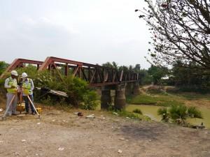 Battambang: Eisenbahnbrücke, Vermesser für das neue Trasse bei der Arbeit