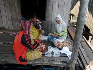 Koh Kong: Fischerdorf Kaoh Sralau, Krebse zerlegen