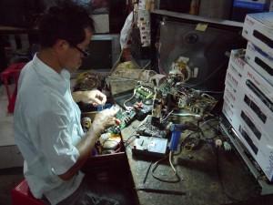 Sihanouk Ville: Lokaler Markt, Elektroreparatur