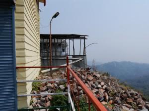 DHR: Tindharia Werkstatt, Blick auf abgerutschten Teil der Gebäude