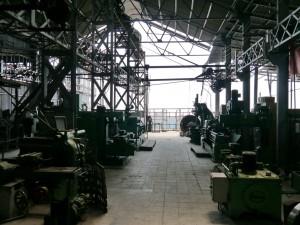 DHR: Tindharia Werkstatt, Blick zum Hallenende, welches abgeruscht ist