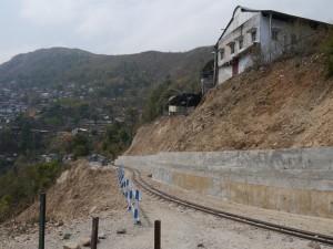 DHR: Tindharia Werkstatt, Erdrutsch unterhalb